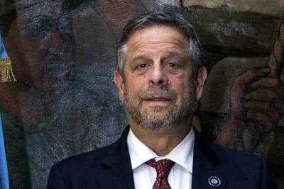 """Ministro de Salud ve """"fundamental"""" corregir ilegalización de aborto"""