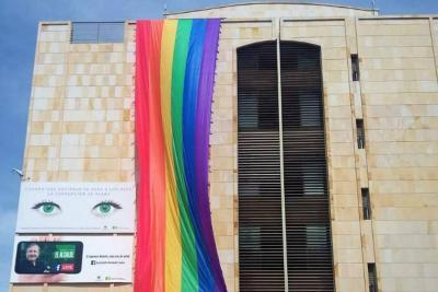 Instalan de nuevo la bandera Lgbt en la Alcaldía de Bucaramanga