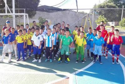 300 niños de Laureles viven su 'Mundialito' con el Aeropuerto