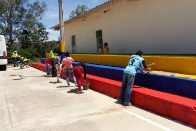 Jornada de embellecimiento de la Policía en escuela rural de Lebrija