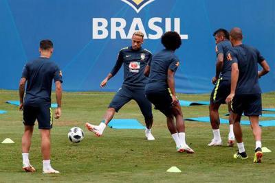Neymar abandona entrenamiento por dolor en tobillo derecho