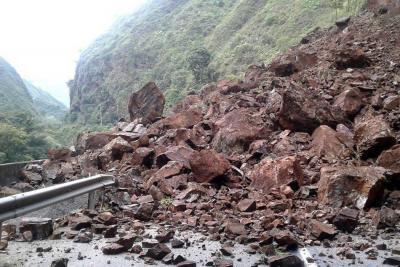 Cuatro personas que se movilizaban en un vehículo murieron en derrumbe en la vía a Villavicencio