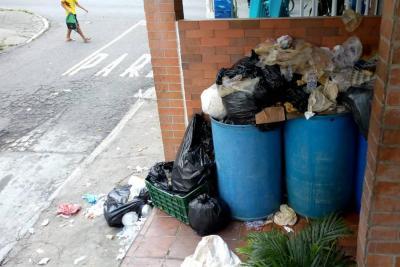 Denuncian mal manejo de basuras por parte de establecimientos comerciales en el área metropolitana