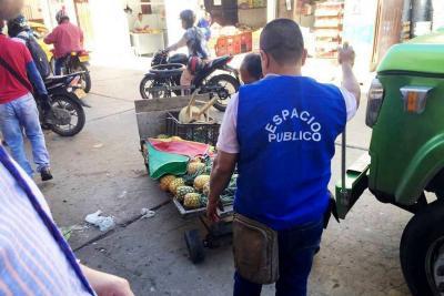 Buscan reubicar a 15 vendedores ilegales