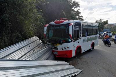 Una piedra ocasionó un accidente en la vía entre Bucaramanga y Girón