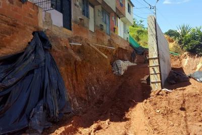 Muro en barrio Juan Pablo II ya va por la mitad de construcción