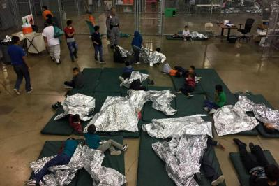 Justicia de EE. UU. ordena reunificar a los menores separados de sus familias