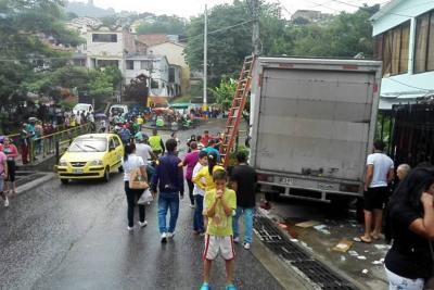 Camión sin frenos dejó dos personas heridas y daños materiales en Floridablanca