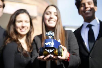 Robot lazarillo y un servicio lumínico  híbrido destacan en torneo científico
