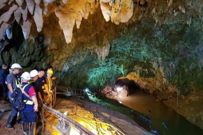 Hallan vivos a 12 niños extraviados hace nueve días en una cueva tailandesa