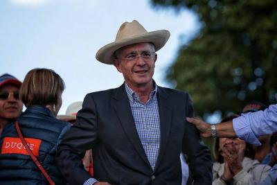 Senador Álvaro Uribe se fracturó una costilla tras caer de un caballo