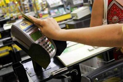 Usar la tarjeta de crédito ahora es 2,9% más barato tras baja en la tasa de usura