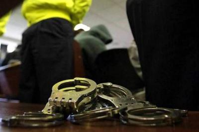 Les dan detención domiciliaria a presuntos abusadores
