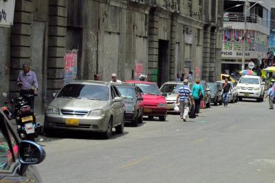 Mal parqueo de vehículos, principal causa de denuncia ciudadana en Bucaramanga