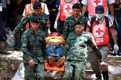 Rescatista muere tras entregar ayuda a niños en cueva de Tailandia