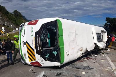 Bus sin frenos ocasionó choque múltiple que dejó al menos 40 heridos