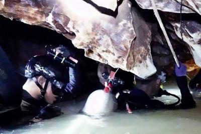 Buzos ya han rescatado a ocho de los 12 menores atrapados en cueva de Tailandia