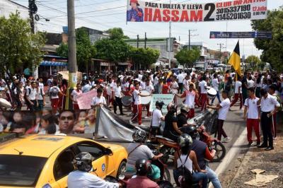 Estudiantes se toman la entrada a El Puerto
