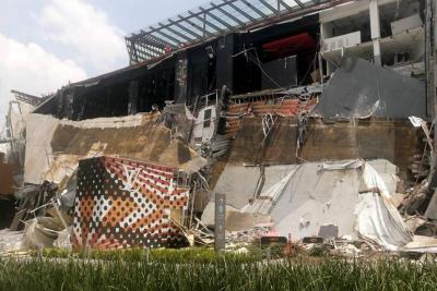 Video registró el derrumbe de la fachada de un centro comercial en México