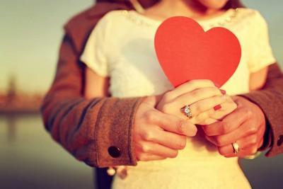 Cómo se enamoran ellas y ellos