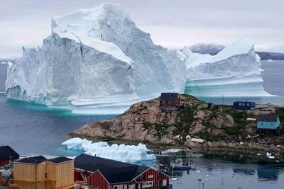 Desalojan familias en pueblo de Groenlandia ante la amenaza de un iceberg