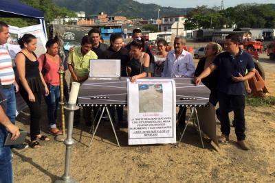 'Dolientes' del Norte de Bucaramanga protestan con un singular cortejo fúnebre