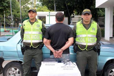 Transportador informal llevaba armas y base de coca en su vehículo en Floridablanca