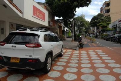Vehículos que invaden el 'urbanismo táctico' de Bucaramanga