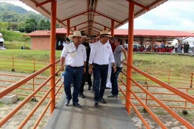 Gobernador inspeccionó avance de obras en Oiba