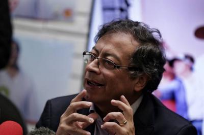 Petro le pidió a Uribe que no renuncie al Senado
