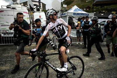 Tumban a Froome de la bicicleta tras confundirlo con un turista