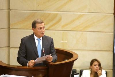Presidente del Senado ya tiene la carta de renuncia de Uribe