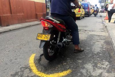 Para evitar accidentes, motociclistas pintan los huecos de Bucaramanga