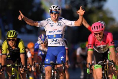 Álvaro Hodeg ganó la etapa y se vistió de líder