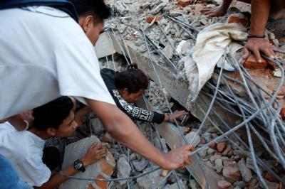 Van 91 muertos  por terremoto en Indonesia