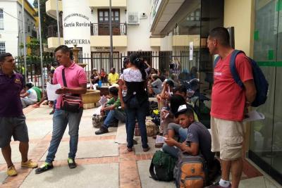 Este venezolano caminó tres días con niños y esposa embarazada y regresará a la frontera