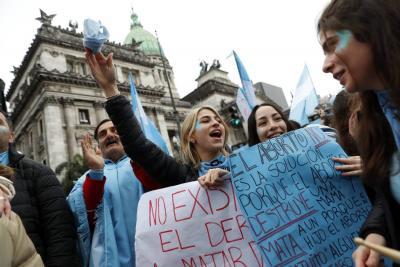 Reacciones a favor y en contra tras el no al aborto