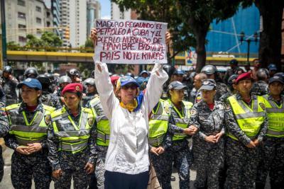 Policía impide marcha de trabajadores de la salud en Venezuela
