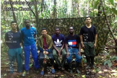 Uniformados de la Fuerza Pública y civiles en poder del Eln. La imagen corresponde a la segunda prueba de supervivencia.