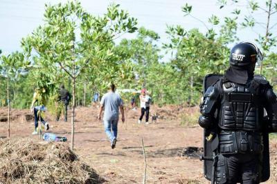 En varias oportunidades, integrantes del Esmad han desmantelado las construcciones sobre el predio que edificaron los ocupantes ilegales.