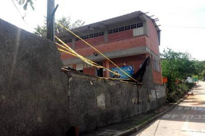 Continúan labores de limpieza tras la caída de un muro