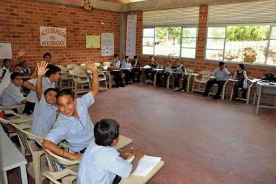Suspenden las clases por riesgo con poste de luz