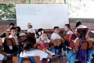 En un kiosco ven clases 40 niños de Sabana de Torres, Santander