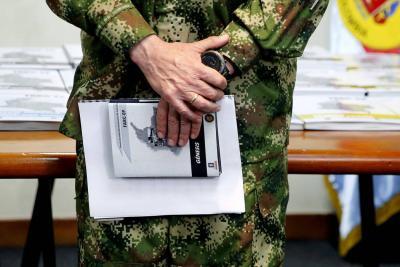 """El comandante de las Fuerzas Militares de Colombia, general Alberto José Mejía, sostiene la versión digital del informe """"Génesis""""."""