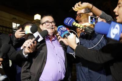 La imagen de Rodrigo Londoño entrando a la Casa de Nariño ha recibido críticas en redes sociales.