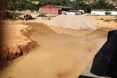 Comunidad denunció inundaciones causadas por terreno con pozos