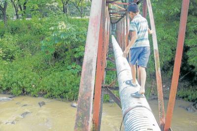 Todo un barrio en Bucaramanga lleva 11 años 'cruzando' sobre el peligro