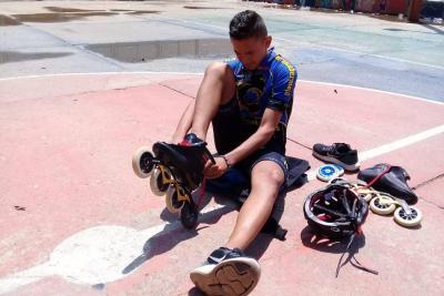 Los padres de Santiago piden apoyo, pues los patines tienen un costo de $2.100.000 y cada juego de ruedas cuesta, al menos, $400 mil.