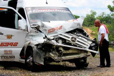 Buseta se estrelló con furgón en Santander