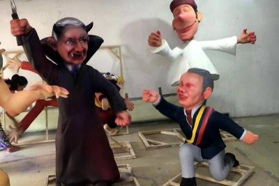 El senador fue presentado como Drácula mientras que el presidente Duque está arrodillado.